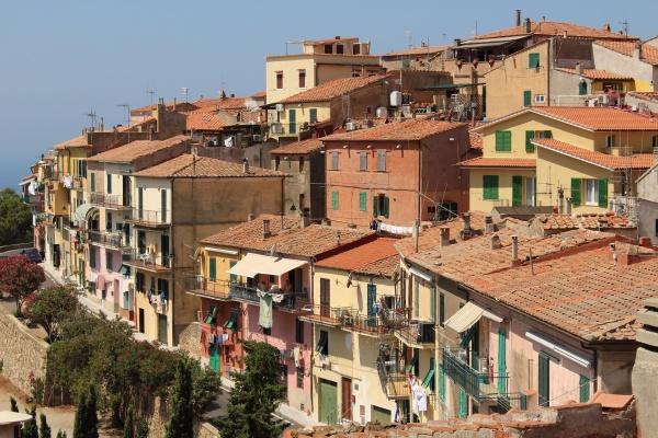 Capoliveri je horské městečko, návštěvníky čekají schody a příkré uličky
