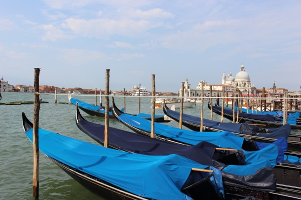 Gondoly v přístavišti