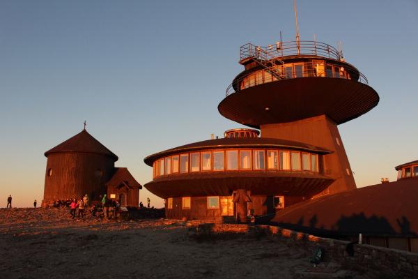 Budova polské restaurace v záři vycházejícího slunce