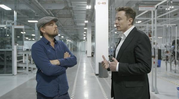 Leonardo DiCaprio a Elon Musk v Tesla Gigafactory (© National Geographic Channel)